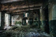 在被放弃的工厂厂房的走廊 免版税库存图片