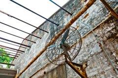在被放弃的工厂的老爱好者 免版税图库摄影