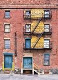 在被放弃的工厂的防火梯 免版税库存图片