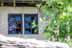 在被放弃的房子土制墙壁上的残破的窗口  免版税图库摄影