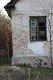 在被放弃的房子的老残破的窗口 免版税库存照片