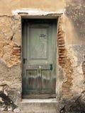在被放弃的房子的老绿色门在Bakar,克罗地亚 免版税库存照片