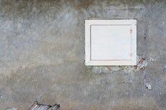 在被放弃的房子,粉碎的墙壁的被关上的简单的木窗口 库存照片