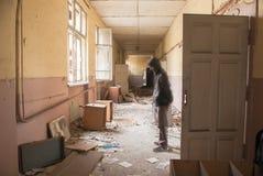 在被放弃的教学楼的肮脏的空的走廊 免版税图库摄影