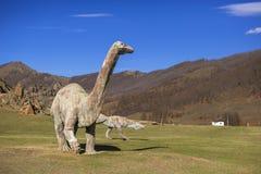 在被放弃的旅游复合体的恐龙雕塑 免版税库存照片