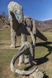 在被放弃的旅游复合体的恐龙雕塑 免版税库存图片