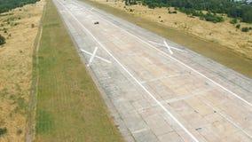 在被放弃的机场跑道的飞行 o