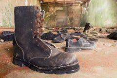 在被放弃的火炮的军事鞋类 库存照片