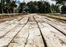 在被放弃的火车站的葡萄酒木平台 免版税库存照片
