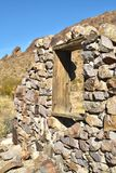 在被放弃的石房子废墟的窗架 免版税库存图片
