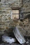 在被放弃的磨房的磨石 图库摄影