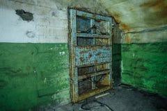 在被放弃的苏联防空洞的老生锈的钢装甲的门 库存图片