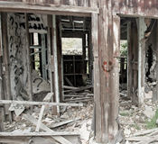 在被放弃的被毁坏的木结构的兴高采烈的面孔 库存图片