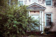 在被放弃的被阻止的家的外部门面 库存图片