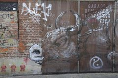 在被放弃的车库, Doel,比利时的金属门的街道画 免版税库存照片