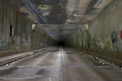 在被放弃的隧道的街道画 库存照片