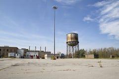 在被放弃的医疗设施的生锈的水塔 库存照片