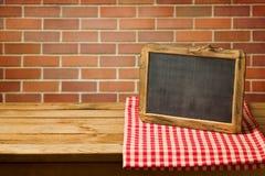 在被检查的桌布的黑板 复制您的文本或信息显示的空间 图库摄影