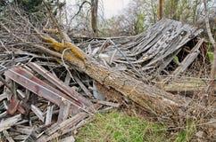 在被毁坏的木大厦关闭的下落的树  免版税图库摄影