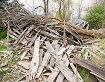在被毁坏的木大厦的下落的树 免版税库存照片
