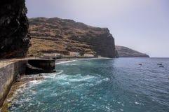 在被毁坏的村庄La黄鹿的岩石海海岸线 库存图片