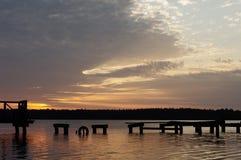在被毁坏的码头, Masuria,波兰的日落 免版税库存图片