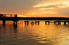 在被毁坏的码头, Masuria,波兰的日落 免版税图库摄影