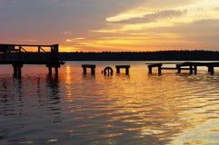 在被毁坏的码头, Masuria,波兰的日落 免版税库存照片