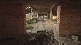 在被毁坏的被放弃的牛棚大厦的看法在老村庄在白俄罗斯 股票视频