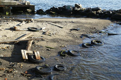 在被污染的海滩的垃圾 库存图片