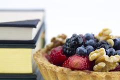 在被烘烤的外壳的新鲜水果显示的健康,聪明吃 库存照片