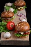 在被烘烤的小圆面包、水多的酥脆蘑菇汉堡小圆面包、健康膳食午餐的和晚餐的新鲜的芝麻 免版税图库摄影