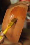 在被烘烤的黏土的画笔 免版税库存照片