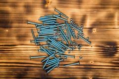 在被烧的木书桌上的木螺丝 图库摄影
