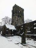 在被破坏的中世纪教会的雪与坟园的heptonstall的 免版税图库摄影