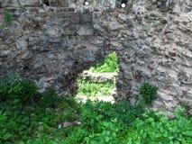 在被破坏的城堡的石墙的孔在胡斯特,乌克兰 免版税库存图片
