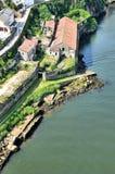 在被破坏的河附近的房子 免版税图库摄影