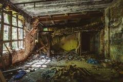 在被破坏的红砖工厂厂房里面 放弃和毁坏由地震,炸弹,恐怖袭击 免版税库存图片