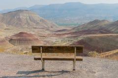 在被绘的小山的空的公园长椅 免版税库存照片