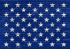 在被绘的蓝色砖墙,美国国旗题材上的五十个白色星 免版税库存图片