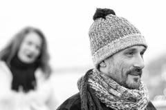 在被编织的帽子的接近的人画象 愉快的人黑白冬天画象 库存照片