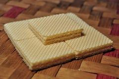 在被编织的竹背景隔绝的香草薄酥饼 免版税库存照片