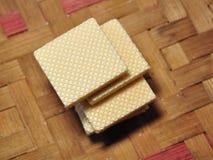 在被编织的竹背景隔绝的香草薄酥饼 免版税库存图片