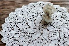 在被编织的餐巾的一点逗人喜爱的天使在木桌,浪漫de上 免版税库存照片