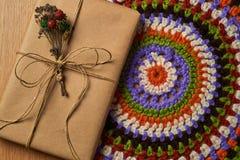 在被编织的餐巾的书 图库摄影