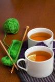 在被编织的餐巾的黑色柠檬茶 免版税库存图片
