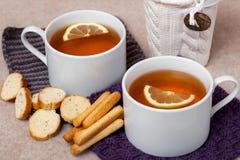 在被编织的餐巾的黑色柠檬茶 库存照片