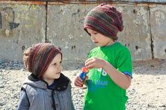 在被编织的小的盖帽的孩子 库存图片