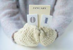 在被编织的手套的妇女手 免版税库存照片