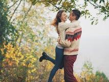 在被编织的毛线衣的年轻有吸引力的夫妇获得乐趣海上嘘 库存照片